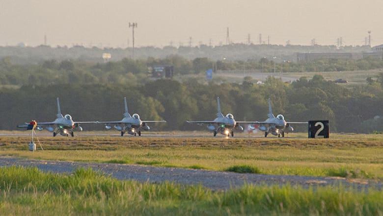 طائرات F-16 تستعد لمغادرة قاعدة فورت ورث- بولاية تكساس متوجهة إلى مصر