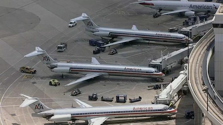 بالفيديو..  لحظات رعب لركاب طائرة أمريكية بسبب دخان في المقصورة
