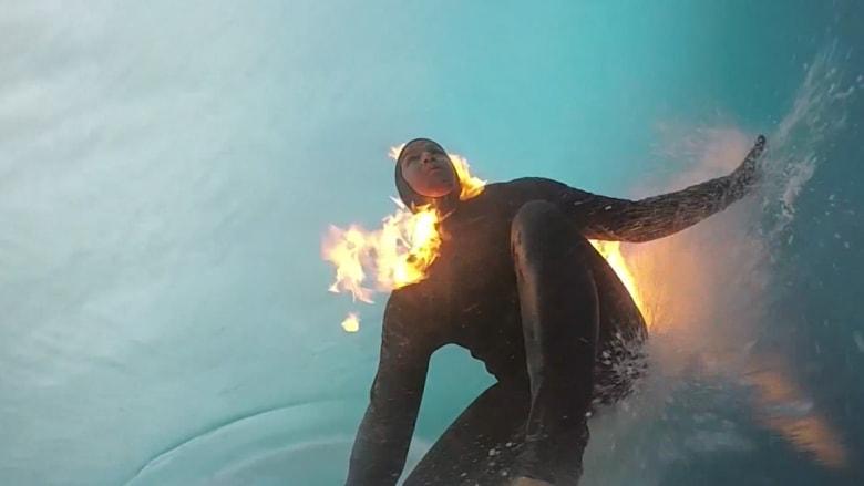 هل تخيلت يوما كتلة من النيران وسط المحيط؟ شاهد ما قام به هذا المغامر
