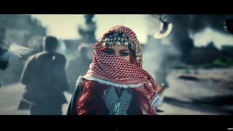 """بالفيديو.. بعد وصفها بالترويج للماسونية.. الجدل مستمر حول الكردية هيلان عبدالله بأغنية تروج لـ""""استبسال"""" الأكراد ضد داعش"""