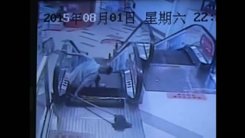 بالفيديو.. شخص تعلق رِجله بدرج متحرك في ثالث حادثة في أسبوع بالصين