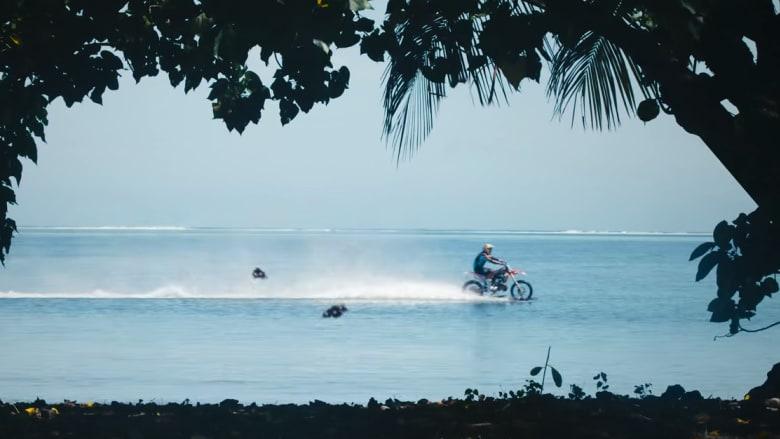 شاهد.. مغامر يستخدم دراجته الترابية ليتحدى بها أمواج البحر