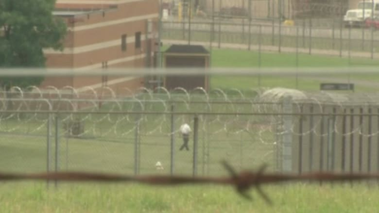 بالفيديو.. طائرة بدون طيار تلقي شحنة مخدرات على سجن وتسبب عراك بين النزلاء