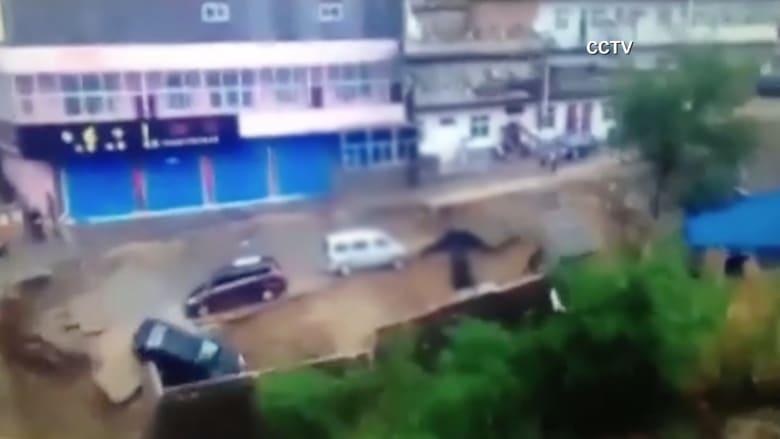 بالفيديو.. لحظة انهيار طريق أثناء توقف عدد من السيارات بالصين