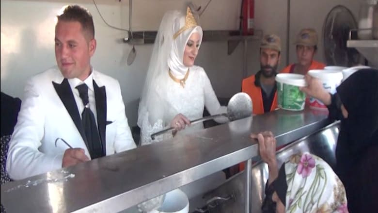 بالفيديو.. زوجان تركيان يحتفلان بزفافهما بإطعام 4000 لاجئ سوري