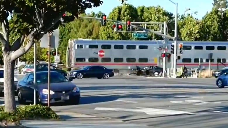بالفيديو.. شاهد إنقاذ رجل في آخر لحظة من أمام قطار مسرع