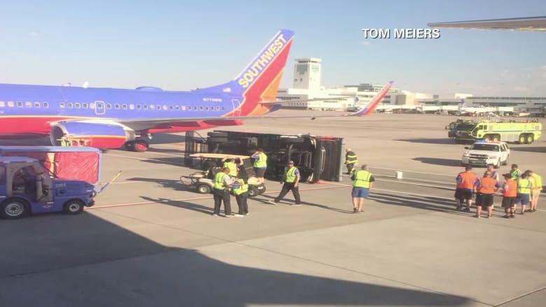 بالفيديو.. شاهد طائرة أمريكية اصطدمت بشاحنة في مطار دنفر