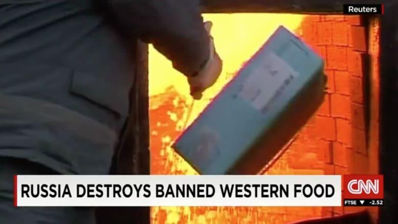 بالفيديو.. روسيا تحرق مواد غذائية من الدول الغربية وسط مطالب بمنحها للفقراء