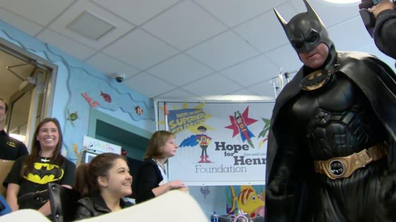 """تحول إلى """"باتمان"""" لتحفيز الأطفال المرضى.. ليرحل عن الدنيا بحادث سيارة"""