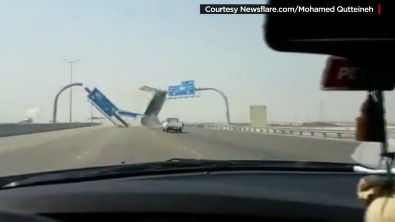 يحدث في السعودية وحدث في أمريكا: شاحنة تصطدم بحاويتها لافتة طريق