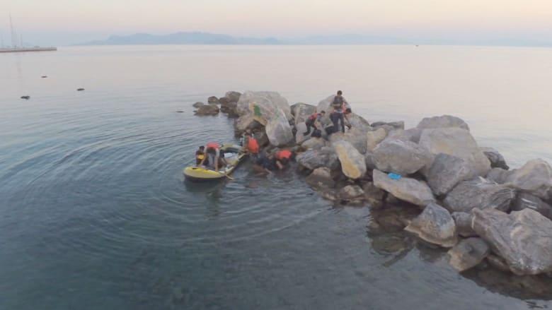 شاهد.. هكذا يبدو مشهد اللاجئين السوريين من السماء عندما يصلون إلى اليونان