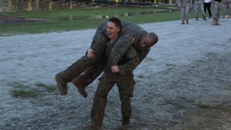 شاهد.. تخرج أول مجندتين أمريكيتين من أكاديمية قوات الرينجرز الخاصة
