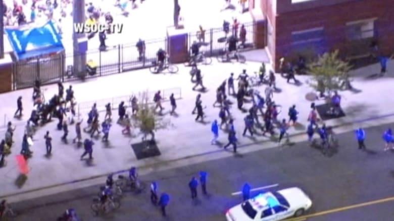 """بالفيديو.. أعمال عنف في """"شارلوت"""" بعد مقتل رجل أسود برصاص شرطي"""
