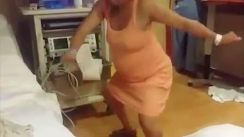 شاهد.. حامل ترقص على أنغام الموسيقى لتسهيل عملية الولادة