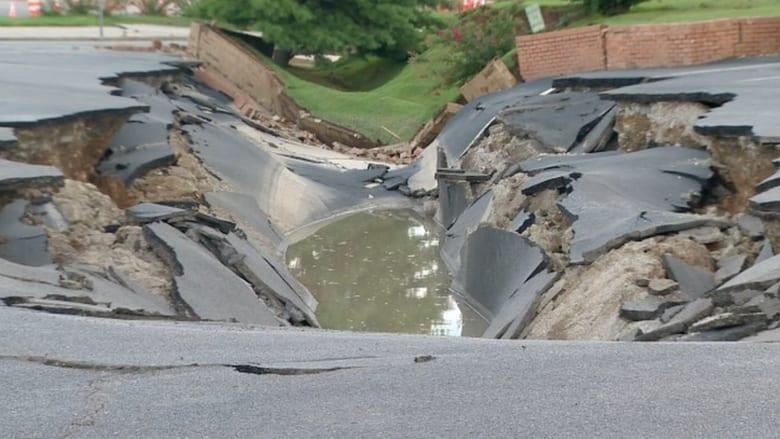 بالفيديو.. شاهد انهيار مفاجيء لطريق عام في ولاية تينيسي