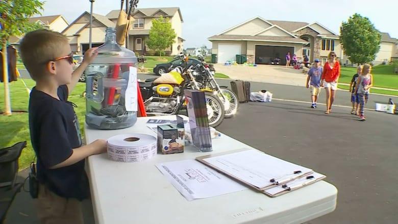 طفل يجمع مئات الدولارات للأعمال الخيرية من كشك لعصير الليمون