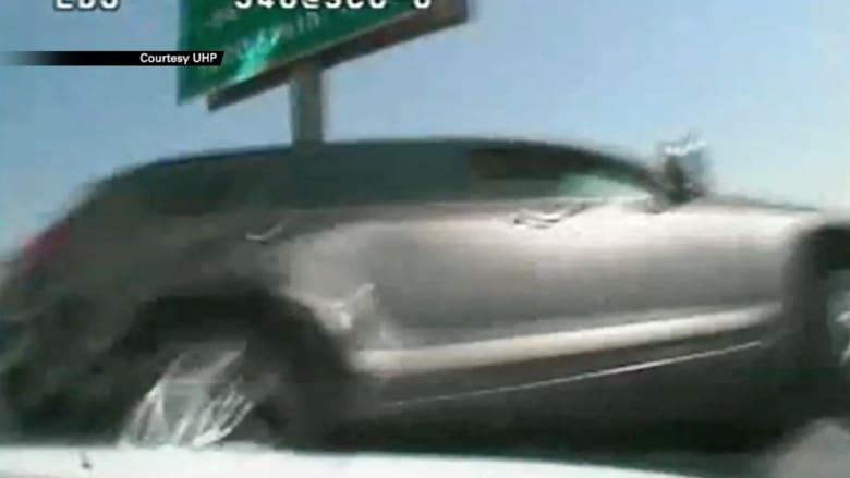 الكاميرا توثق لحظة انقلاب سيارة بعد فقدان السائقة السيطرة عليها أثناء ملاحقة سريعة
