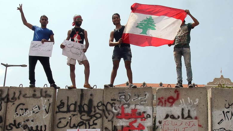لبنان: مجلس الوزراء يرفض مناقصات شركات النفايات والاحتجاجات مستمرة
