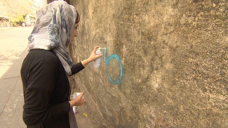 بالفيديو.. مالينا سليمان أفغانية تتحدى البرقع برسوماتها وجدارياتها