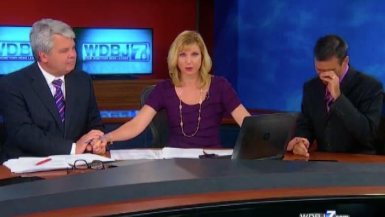 """بالفيديو.. مذيعو """"WDBJ """" يبكون على الهواء ودقيقة حداد على مقتل صحفيين بالقناة"""