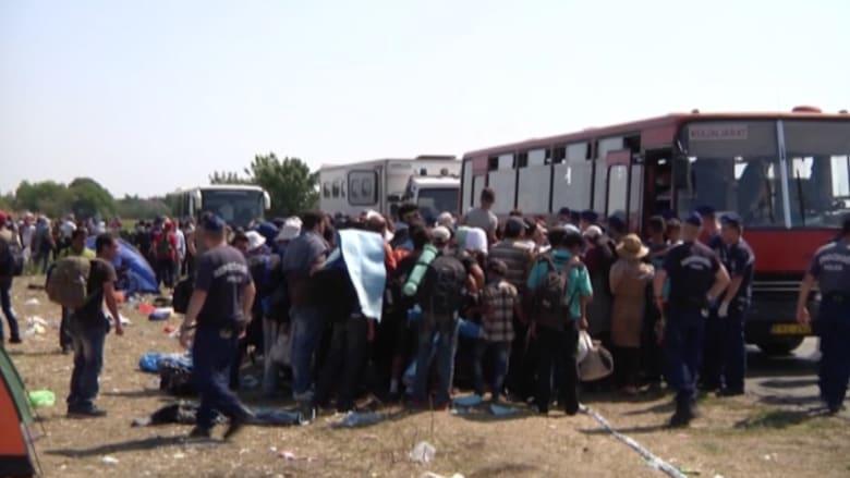 بالفيديو.. مهاجرون من سوريا والعراق يحتجون على حدود المجر