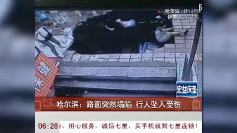بالفيديو.. فتحة مجاري تبتلع 4 أشخاص أثناء انتظارهم حافلة