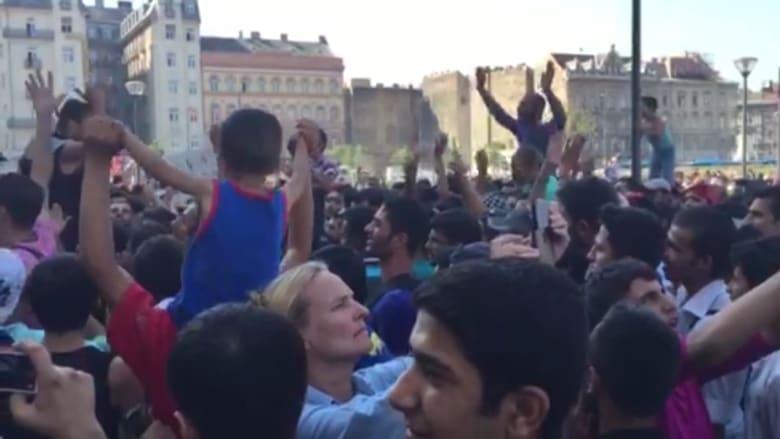 مئات المهاجرين يتظاهرون بعد إغلاق محطة قطارات بودابست: لا للمجر.. نعم لألمانيا