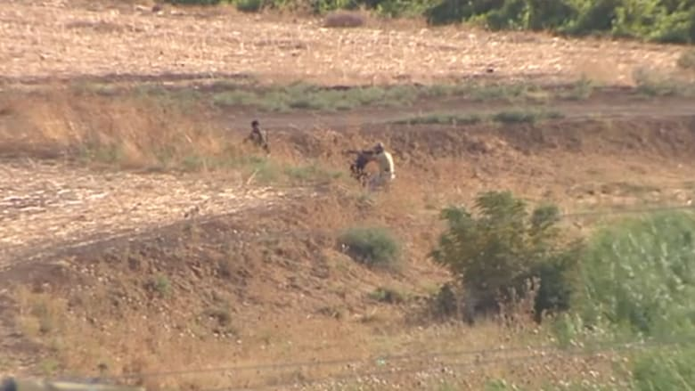 """شاهد.. اشتباكات عنيفة بين """"داعش"""" والمعارضة السورية قرب الحدود التركية"""