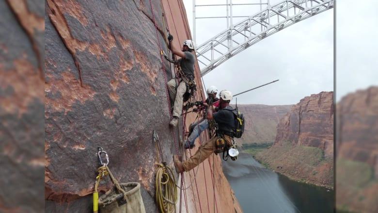 بالفيديو.. عمال يسابقون الزمن لمنع صخرة عملاقة تزن 227 طن من السقوط في نهر كولورادو