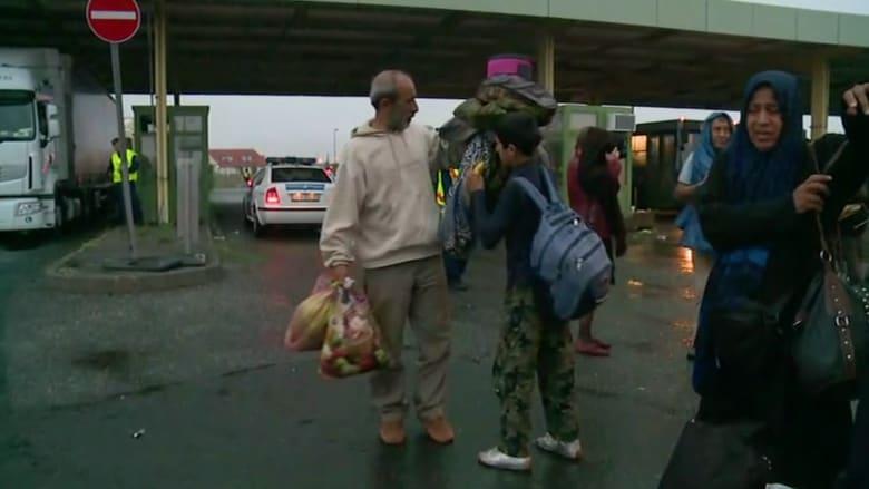 بالفيديو.. كاميرا CNN ترصد لحظة وصول لاجئين سوريين الى النمسا بعد أيام من التعثر بالمجر
