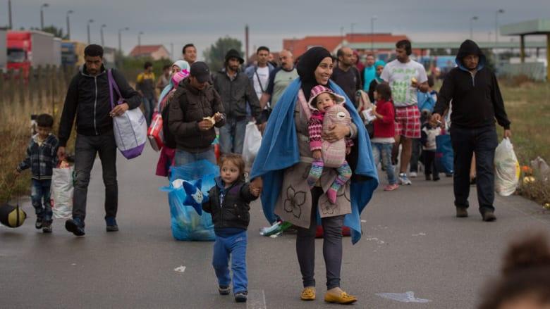 آلاف المهاجرين يدخلون النمسا عبر الحدود مع المجر ورئيس وزراء فنلندا يفتح منزله للاجئين