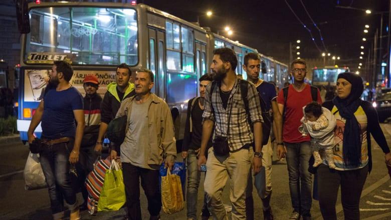 نشطاء ينظمون قافلة من 170 سيارة لنقل آلاف اللاجئين من بودابست إلى فيينا