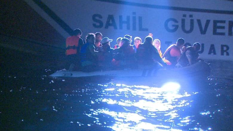 تركيا تنقذ سوريين من قاربين وسط البحر وصورة جثة الطفل آلان ماثلة بالأذهان