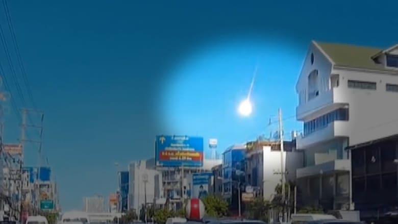 كرة نارية غامضة تضيء سماء بانكوك