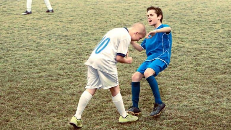 بالصور.. من نطحة زيدان ليد مارادونا وعضة سواريز.. أطفال يقلدون لحظات مخزية بتاريخ كرة القدم