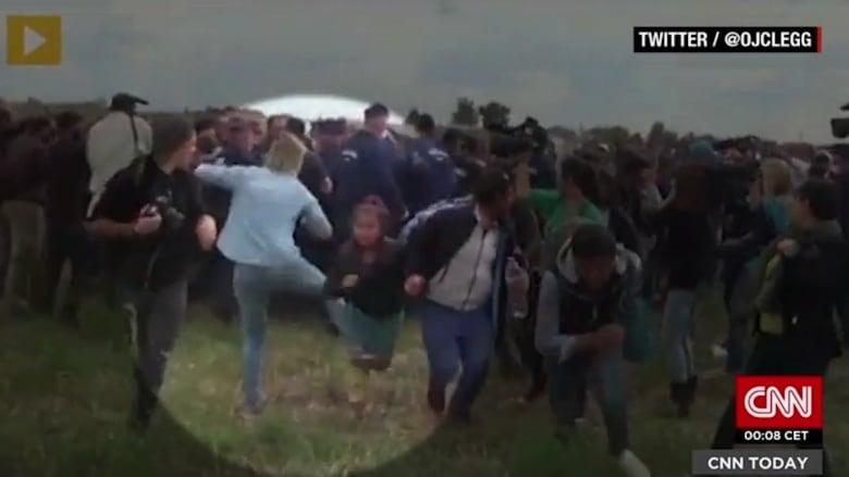 شاهد.. مصورة مجرية تركل وتعرقل لاجئين بشكل مروع
