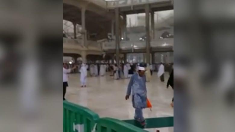 بالفيديو.. لحظة سقوط رافعة في الحرم المكي بسبب العواصف قتلت 107 أشخاص