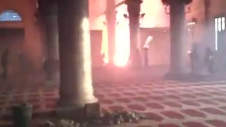 """شاهد: اشتباكات بين الشرطة الإسرائيلية وشبان عرب بالمسجد الأقصى بعد """"معلومات عن تجمع لمتظاهرين مقنعين"""""""