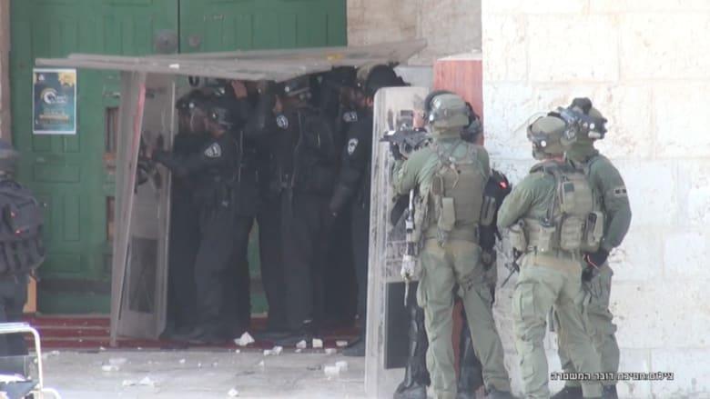 بالفيديو.. تجدد الاشتباكات بين الفلسطينيين والشرطة الإسرائيلية في محيط المسجد الأقصى لليوم الثالث