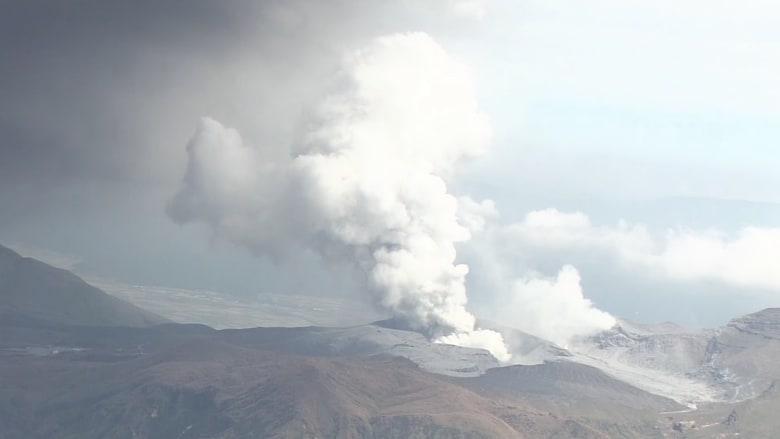 بالفيديو.. شاهد لحظة ثوران بركان آسو في اليابان