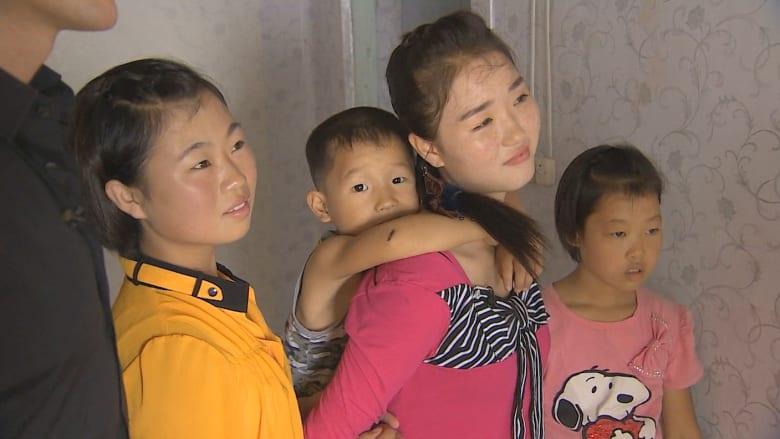 """كوريا الشمالية: طفلة يتّمتها المجاعة تتحول لراعية أيتام.. تحت أنظار كيم """"الأب القائد"""""""