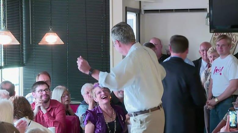 بالفيديو.. جيب بوش يرقص مع إمرأة خلال تجمع لأنصاره في آيوا