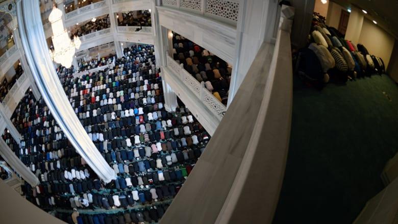المسلمون يؤدون صلاة العيد في المسجد الكبير بموسكو، والذي افتتحه فلاديمير بوتين أمس الأربعاء