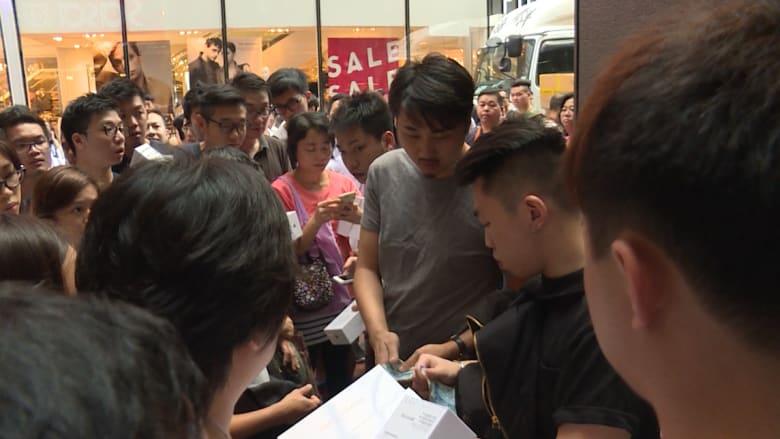 شاهد.. طوابير للحصول على هاتفي آيفون S6 وS6بلس خارج متاجر آبل في هونغ كونغ