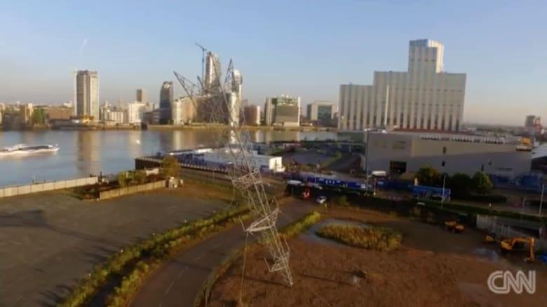 بالفيديو.. برج كهربائي مقلوب فكرة أذهلت المصممين في مهرجان لندن
