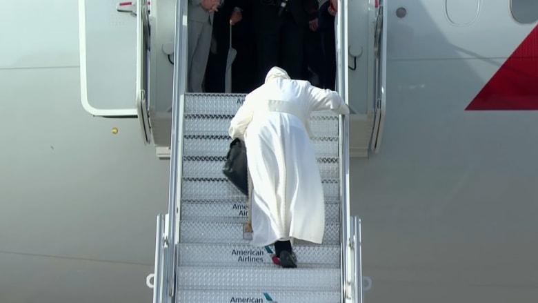 بالفيديو.. البابا فرنسيس يتعثر أثناء صعود الطائرة