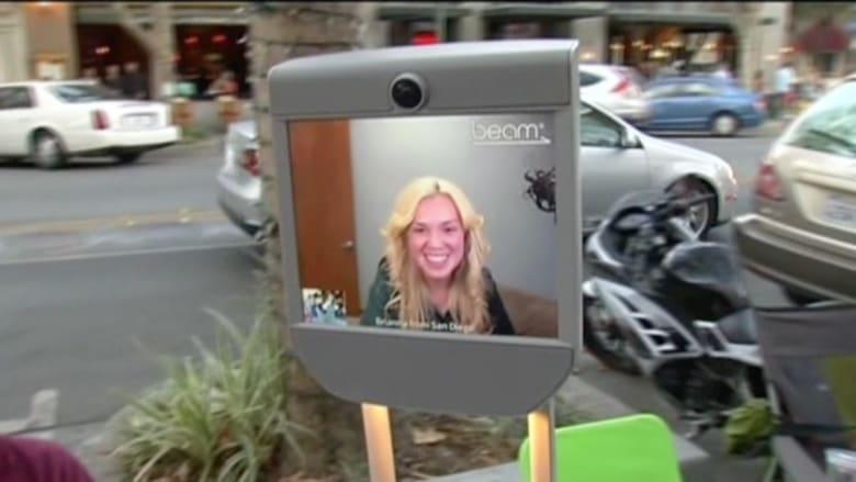 بالفيديو.. روبوت ينتظر دوره ليشتري هاتف آيفون 6S الجديد