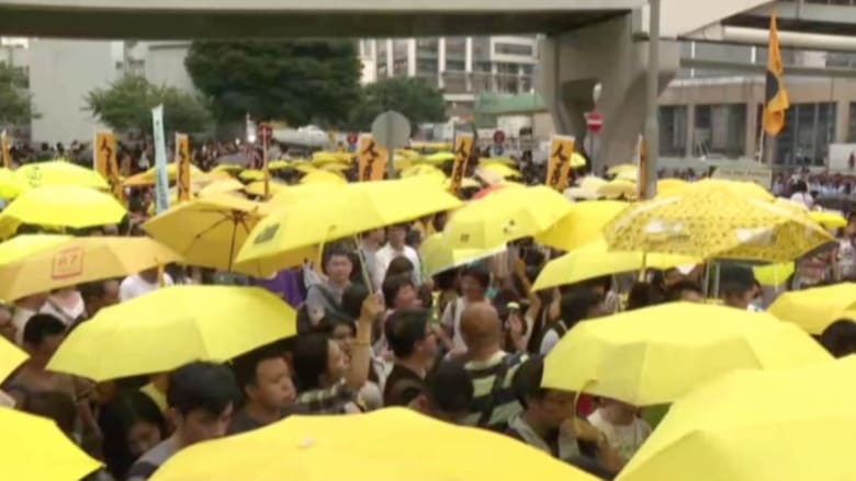 """بالفيديو.. الآلاف من """"حركة مظلة"""" يطالبون بالديمقراطية في شوارع هونغ كونغ"""