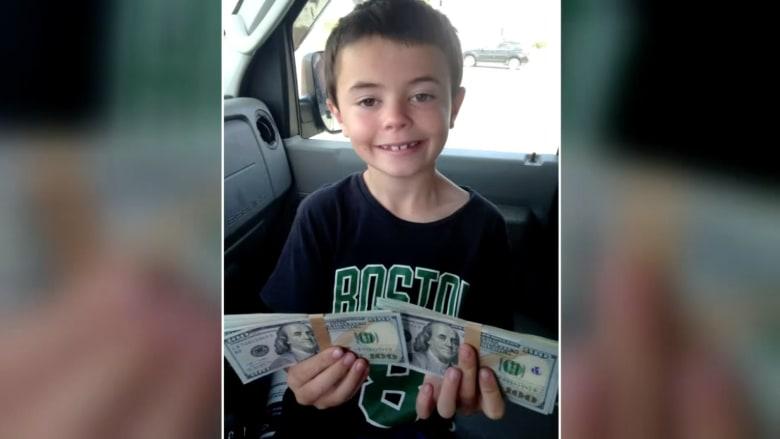 بالفيديو.. طفل في السابعة يعثر على ثمانية آلاف دولار.. شاهد ماذا فعل