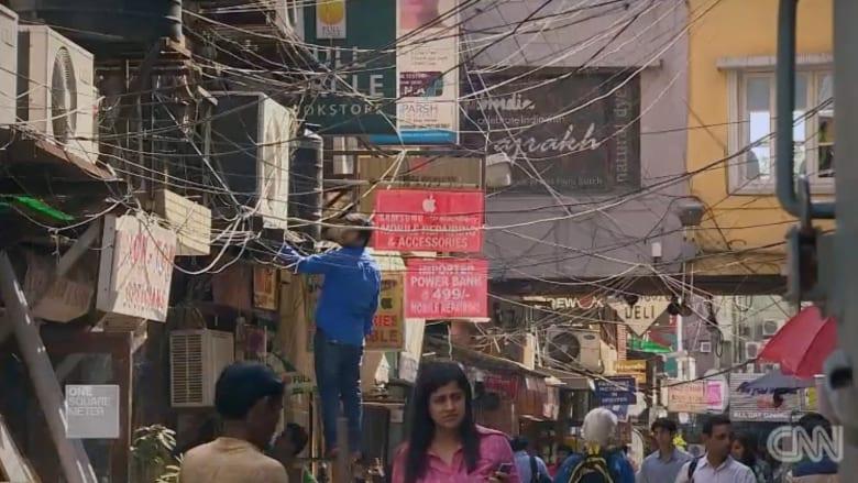 بالفيديو.. مجار مكشوفة وكلاب ضالة.. نظرة إلى أرقى سوق في الهند